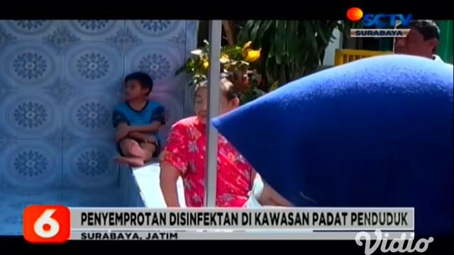 Wali Kota Surabaya Tri Rismaharini terus melakukan upaya pencegahan meluasnya wabah corona. dengan drone raksasa. Tri Rismaharini dan tim drone menyemprotkan disinfektan di jalan dan di kampung-kampung padat penduduk.