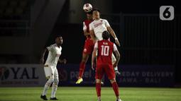 Pemain PSM Makassar, Sutanto Tan (kanan) berebut bola diudara denga pemain Persija Jakarta, Otavio Dutra dalam pertandingan semifinal leg media Piala Menpora 2021 di Stadion Manahan, Solo, Minggu (18/4/2021). (Bola.com/Ikhwan Yanuar)