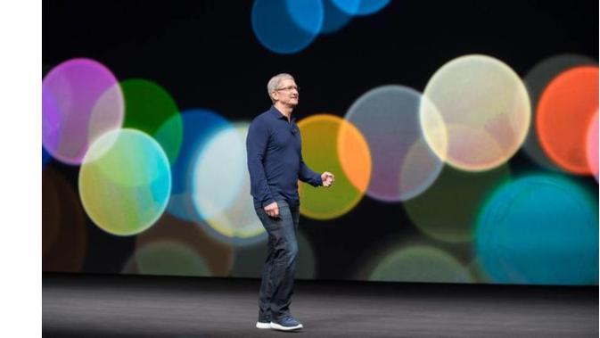 Tim Cook buka suara tentang harga iPhone X yang dianggap terlalu mahal (Sumber: Ubergizmo)