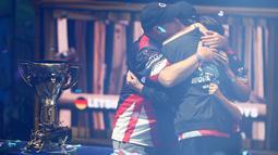Kyle Giersdorf alias Bugha merayakan kemenangannya pada turnamen game Piala Dunia Fornite kategori tunggal di Arthur Ashe Stadium, New York, Minggu (28/7/2019). Sebanyak 40 juta pemain bertanding di babak kualifikasi dalam kompetisi online yang berlangsung 10 minggu. (Mike Stobe/Getty Images/AFP)