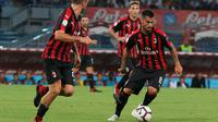 Gelandang AC Milan, Suso menggiring bola saat bertanding melawan Napoli pada lanjutan Liga Serie A Italia di San Paolo Stadium, Naples (25/8). Napoli menang tipis atas Milan 3-2. (Cesare Abbate/ANSA via AP)