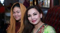 Nia Daniati mengajak Olivia Nathania untuk sedikit tersenyum. (Deki Prayoga/Bintang.com)