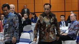 Menteri Perhubungan Budi Karya Sumadi bergegas jelang memberikan pemaparan saat acara  Indonesia - U.S Aviation Working Group, Indonesia - U.S Cooperating For Aviation Growth, di Ruang Mataram, Gedung Kemenhub, Selasa (17/1). (Liputan6.com/Faizal Fanani)