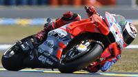 Aksi pembalap Ducati, Jorge Lorenzo pada latihan bebas MotoGP Prancis 2018 di Sirkuit Le Mans. (Jean-Francois MONIER / AFP)