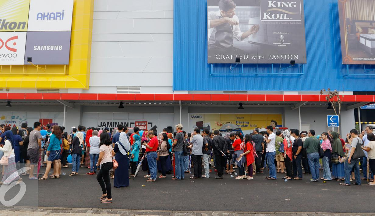 Ratusan orang rela mengantri untuk masuk saat pembukaan Megastore Courts, Tangerang Selatan, Sabtu (23/1/2016). Ritel terbesar di kawasan Asia ini menyediakan produk lokal dan internasional. (Liputan6.com/Fery Pradolo)