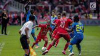 Pemain Persija Jakarta Riko Simanjuntak membawa bola saat melawan Persib Bandung pada Shopee Liga 1 di Stadion Utama GBK, Senayan, Jakarta, Rabu (10/7/2019). Dalam pertandingan babak pertama Persija vs Persib masih imbang 0-0. (Liputan6.com/Faizal Fanani)