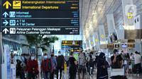 Calon penumpang beraktivitas di Terminal 3 Bandara Soekarno Hatta, Tangerang, Banten, Jumat (18/12/2020). PT Angkasa Pura II (Persero) atau AP II memprediksi lalu lintas sebanyak 2,1 juta penumpang pada periode angkutan Natal dan Tahun Baru 2021. (Liputan6.com/Angga Yuniar)