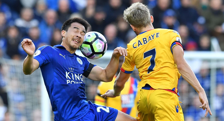 Pemain Leicester City, Shinji Okazaki (kiri) (AFP/Ben Stansall)