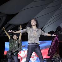 Vokalis Slank, Kaka, bersama Ridho (kiri) dalam konser HUT ke-35 Slank Indonesia Now di GBK, Minggu (23/12). (Bambang Eros/Fimela)