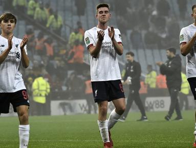 Para pemain Liverpool bertepuk tangan setelah pertandingan melawan Aston Villa pada perempat final Piala Liga Inggris di Villa Park di Birmingham (17/12/2019). Pada pertandingan ini Liverpool memainkan skuad termuda dan kalah telak 5-0 atas Aston Villa. (AP Photo / Rui Vieira)