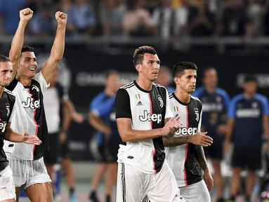 Pemain Juventus berselebrasi setelah mengalahkan Inter Milan dalam laga International Champions Cup 2019 di Nanjing Olympic Sports Center Gymnasium, China (24/7/2019). Juventus menang adu penalti atas Inter Milan 4-2 (1-1). (Li Bo/Xinhua via AP)