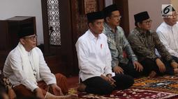 Presiden Joko Widodo sebelum memberikan sertifikat tanah wakaf di Masjid Raya Bani Umar, Tangerang Selatan, Jumat (22/2). Jokowi membagikan 351 sertifikat tanah wakaf untuk musala, tempat pendidikan dan pesantren. (Liputan6.com/Angga Yuniar)