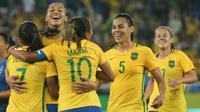 Sejumlah pemain Brasil merayakan gol keempat mereka ke gawang timnas Swedia pada lanjutan sepak bola wanita di Olimpiade Rio 2016,Brasil, (6/8). Brasil menang dengan skor telak 5-1. (REUTERS / Gonzalo Fuentes)