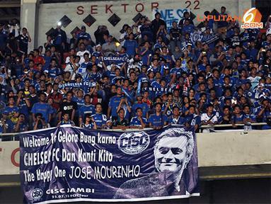 Pelatih Anyar Chelsea Jose Mourinho merupakan pesona tersendiri bagi para pendukung klub asal kota London tersebut.(Liputan6.com/Helmi Fithriansyah)