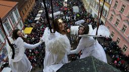 Sejumlah wanita berpakaian seperti malaikat bersiap berayun diatas ratusan penonton saat acara pasar Natal di kota Ustek, Republik Ceko (17/12). (Reuters/David W Cerny)