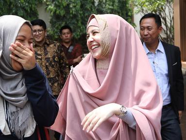 Risty Tagor berbincang dengan kerabatanya usai menjalani sidang cerai di pengadilan Agama, Jakarta, Kamis (18/2). Sidang cerai Risty dan Stuart Collin di tunda karena hakim sakit. (Liputan6.com/Herman Zakharia)