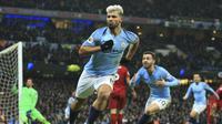 Striker Manchester City, Sergio Aguero, merayakan gol setelah membobol gawang Liverpool dalam laga yang berlangsung di Stadion Etihad, Jumat (4/1/2019) dini hari WIB.  (AP Photo/Jon Super)