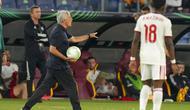Pelatih AS Roma, Jose Mourinho memanggil para pemainnya saat bertanding melawan CSKA Sofia pada pertandingan grup C Liga Europa di Stadion Olimpiade Roma, Jumat (17/9/2021). AS Roma menang telak atas CSKA Sofia 5-1. (AP Photo/Andrew Medichini)