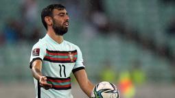 Gelandang Portugal, Bruno Fernandes bereaksi saat bertanding melawan Azerbaija pada pertandingan kualifikasi grup A Piala Dunia 2022 di stadion Olimpiade di Baku, Azerbaijan, Selasa (7/9/2021). Portugal menang telak atas Azerbaijan 3-0. (AFP/Tofik Babayev)