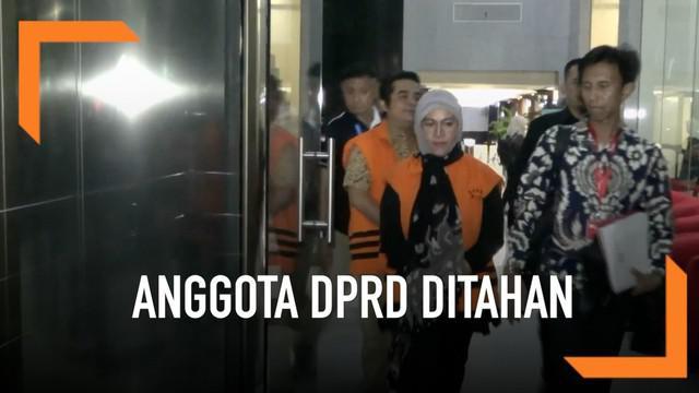 Komisi Pemberantasan Korupsi menahan empat anggota DPRD Lampung Tengah terkait kasus dugaan gratifikasi 95 miliar rupiah. Senin (29/4) malam keempat tersangka keluar Gedung KPK dengan mengenakan baju tahanan setelah diperiksa selama 9 jam.