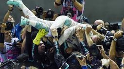 Nico Rosberg merayakan keberhasillanya menjuarai F1 Singapura bersama timnya  Mercedes AMG Petronas F1 di Singapore, (18/9/2016). (AFP/Anthony Wallace)