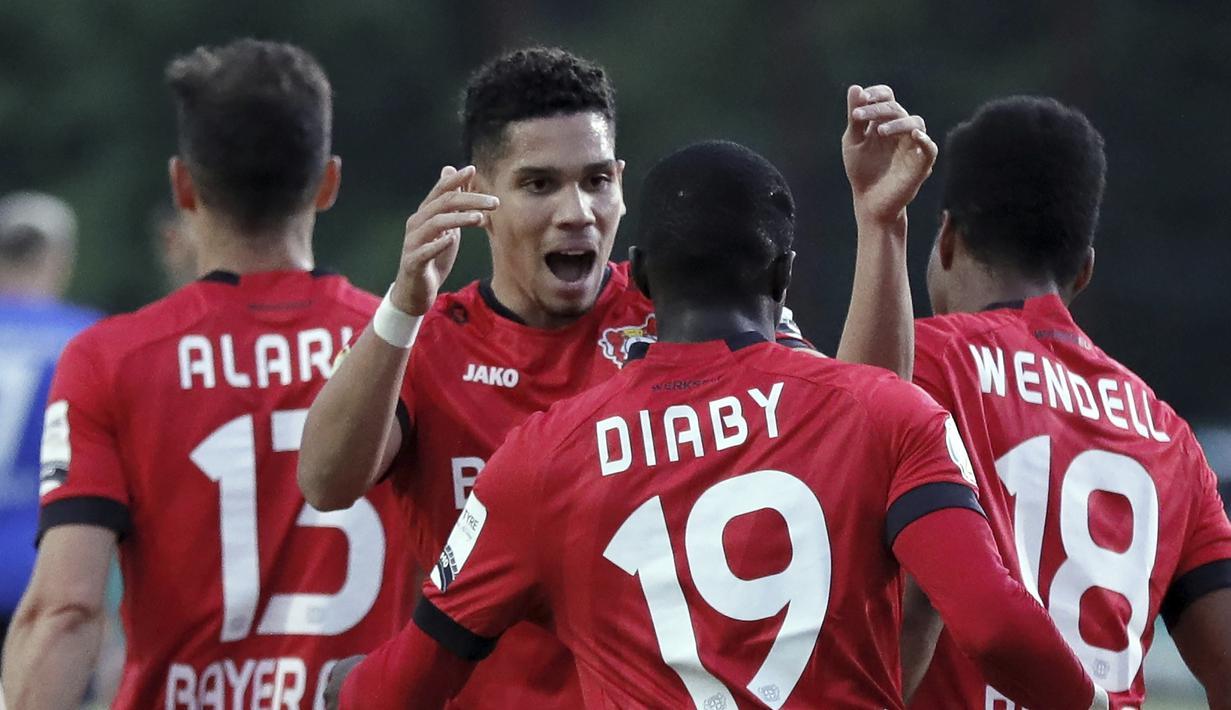 Pemain Bayer Leverkusen merayakan gol yang dicetak oleh Moussa Diaby ke gawang FC Saarbruecken pada laga Piala Jerman di di Stadion Hermann Neuberger, Voelklingen, Selasa (9/6/2020). Bayer Leverkusen menang 3-0 atas FC Saarbruecken. (AP/Ronald Wittek)