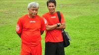 I Made Pasek Wijaya (kanan) bersama almarhum Satia Bagdja Ijatna ketika masih sama-sama di Arema musim 2013 silam. (Bola.com/Iwan Setiawan)