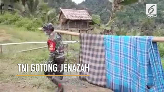 Beberapa anggota TNI dan warga rela menempuh jalanan terjal demi makamkan warga yang meninggal dunia.