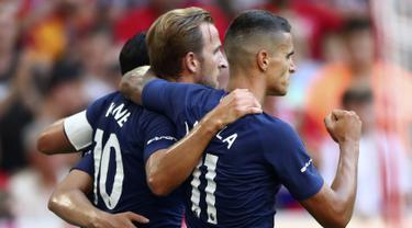 Penyerang Tottenham Hotspur, Harry Kane (tengah) berselebrasi dengan rekannya usai mencetak gol ke gawang Real Madrid pada pertandingan Audi Cup 2019 di stadion Allianz Arena di Munich, Jerman (30/7/2019). Tottenham menang tipis atas Madrid 1-0. (AP Photo/Matthias Schrader)