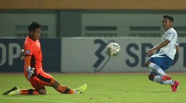 Persib Bandung meraih hasil imbang ketiganya berturut-turut usai ditahan imbang 0-0 Pesikabo 1973 dalam laga pekan ke-5 BRI Liga 1 2021/2022, Senin (27/9/2021). Hasil ini tak lepas dari penampilan gemilang kiper Persikabo 1973, Syahrul Trisna Fadillah. (Bola.com/Ikhwan Yanuar)