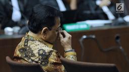 Terdakwa korupsi proyek e-KTP, Setya Novanto mengusap wajah saat sidang pembacaan putusan di Pengadilan Tipikor, Jakarta, Selasa (24/4). Setya Novanto divonis hukuman pidana 15 tahun penjara dan denda Rp 500 juta. (Liputan6.com/Helmi Fithriansyah)