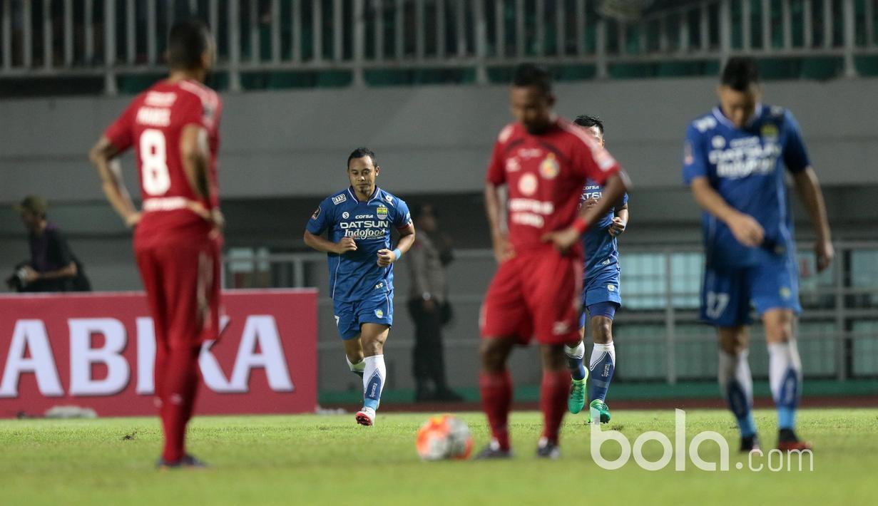 Pemain Persib Bandung, Atep membuka keunggulan bagi timnya saat membobol gawang  Semen Padang  pada perebutan tempat ketiga Piala Presiden 2017 di Stadion Pakansari, Bogor, Sabtu (11/3/2017). (Bola.com/Nicklas Hanoatubun)