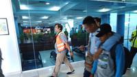 AW diamankan aparat hukum saat baru sampai di Bandara Internasional Sultan Mahmud Badaruddin (SMB) II Palembang (Dok. Humas BNNP Sumsel / Nefri Inge)