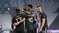 Penyerang Manchester United, Marcus Rashford (kedua kanan) berselebrasi usai mencetak gol ke gawang Real Sociedad pada leg pertama babak 32 besar Liga Europa di stadion Juventus, Turin (19/2/2021). MU menang telak atas Sociedad 4-0. (Marco Alpozzi/LaPresse via AP)