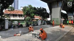Petugas PPSU Kelurahan Pasar Baru memperbaiki lapangan saat perawatan RPTRA Pintu Air, Pasar Baru, Jakarta, Selasa (23/4). Perawatan RPTRA sekaligus mempercantik lingkungan demi meningkatkan kenyamanan bagi anak-anak bermain di tempat tersebut. (Liputan6.com/Iqbal S. Nugroho)