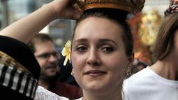 Senyum mahasiswa internasional saat mengenakan pakaian adat Indonesia dalam pawai kelulusan di CFD, Jakarta, Minggu (6/5). Pawai digelar setelah setahun mereka mengikuti beasiswa belajar Bahasa Indonesia dari Kemendikbud. (Merdeka.com/Iqbal Nugroho)