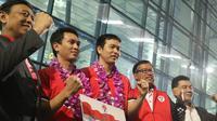Ketum PBSI Wiranto bersama Mohammad Ahsan/Hendra Setiawan di Bandara Soekarno Hatta, Minggu (17/3/2019). (Bola.com/Wiwig Prayugi)