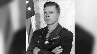 Dick Bong dikenal karena jasanya yang mampu menembak jatuh pesawat musuh. Ia mendaftar sebagai anggota militer beberapa bulan sebelum Jepang menyerang Pearl Harbor (Wikipedia/Public Domain)