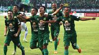 Skuat Persebaya merayakan gol ke gawang Arema di Stadion Gelora Bung Tomo, Surabaya, Minggu (6/5/2018). (Bola.com/Aditya Wany)