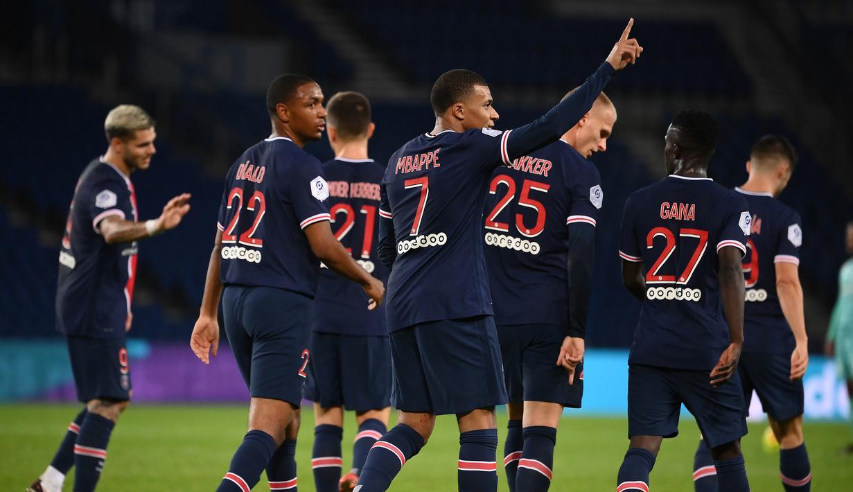 Pemain PSG merayakan gol yang dicetak Kylian Mbappe ke gawang Angers pada laga lanjutan Liga Prancis di Parc des Princes Stadium, Sabtu (3/10/2020) dini hari WIB. PSG menang 6-1 atas Angers. (AFP/Franck Fife)