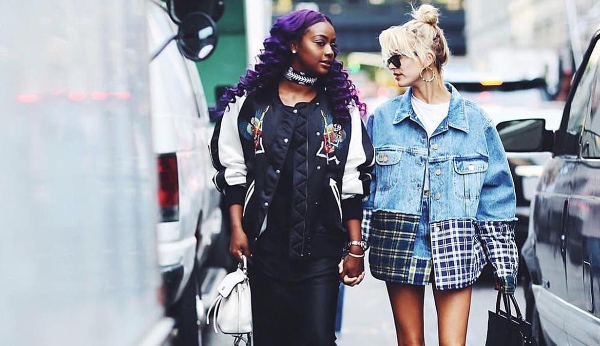 Saat hangout bersama sahabatnya Justin Eskye, fashion street Hailey memadukan denim tartan terlihat manis (Liputan6/IG/haileybieber)