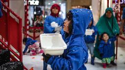 Seorang anak bermain dalam Snow Playland dengan menyajikan nuansa musim dingin di Mal Ciputra, Jakarta Barat, Jumat (14/12). Jelang perayaan Natal 2018 sejumlah mal di Jakarta mendekor bernuansa Natal agar menjadi daya tarik. (Liputan6.com/Faizal Fanani)