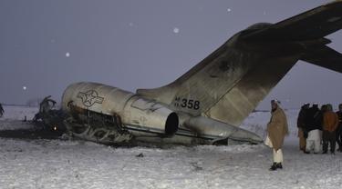 Sebuah pesawat militer AS yang jatuh terlihat di provinsi Ghazni, Afghanistan (27/1/2020). Pesawat yang jatuh merupakan Bombardier E-11A, sebuah tipe jet yang digunakan sebagai media komunikasi di kawasan. (AP Photo/Saifullah Maftoon)