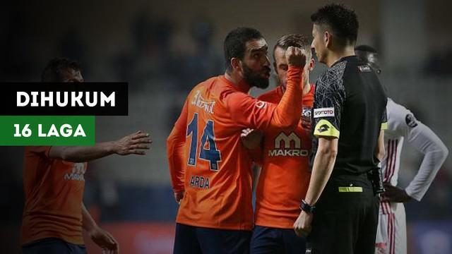 Mantan pemain Barcelona, Arda Turan harus mendapatkan hukuman tak boleh bermain selama 16 laga akibat mendorong wasit.