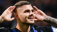 Striker Inter Milan, Mauro Icardi, merayakan gol yang dicetaknya ke gawang AC Milan pada laga Serie A Italia di Stadion San Siro, Milan, Minggu (21/10). Inter menang 1-0 atas Milan. (AFP/Marco Bertorello)