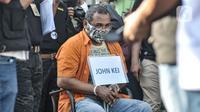 Tersangka John Kei dihadirkan saat rekonstruksi di Perumahan Tytyan Indah, Bekasi, Jawa Barat, Senin (6/7/2020). Dalam rekonstruksi tersebut John Kei dan tersangka lainnya memperagakan adegan perencanaan penyerangan terhadap kelompok Nus Kei. (merdeka.com/Iqbal S. Nugroho)