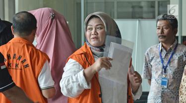 Tersangka Bupati Bekasi nonaktif, Neneng Hassanah Yasin tiba di Gedung KPK, Jakarta, Senin (22/10). Neneng diperiksa perdana pascapenahanan atas kasus dugaan suap pemberian izin proyek Meikarta. (Liputan6.com/Herman Zakharia)
