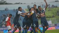 Pemain Arema FC merayakan kemenangan atas Persipura Jayapura di Stadion Kanjuruhan, Jumat (27/4/2018). (Liputan6.com/Rana Adwa)