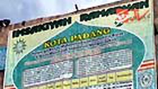 Peluncuran jadwal imsakiyah raksasa dilakukan dengan membentangkannya dari atas Masjid Taqwa Muhammadiyah, Padang, Sumatra Barat.