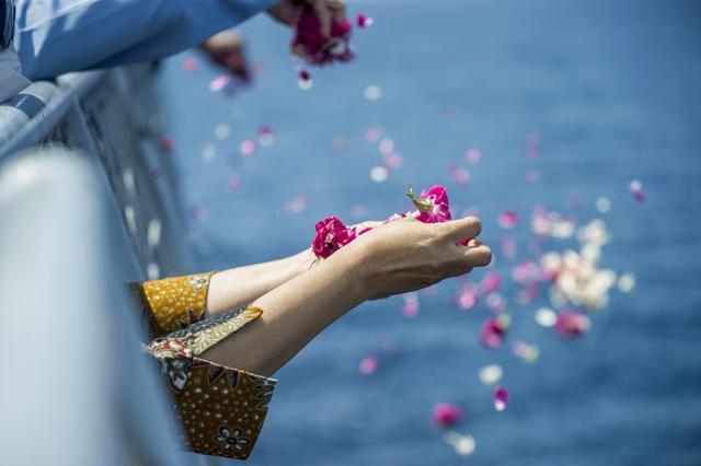 Momen Haru Acara Tabur Bunga Bagi Awak KRI Nanggala-402